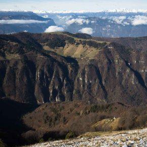 La sottostante Valle di Seren vista dai Solaroli, con le Dolomiti sull'orizzonte
