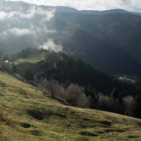 Percorrendo l' Alta via degli Eroi: si intravedono in basso a destra il Centro Valpore, a sinistra la Malga Valpore di Cima.